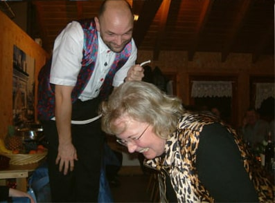 Foto lachende Frau und Zauberer Marteau